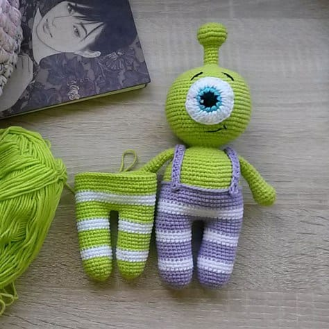 Crochet little alien free amigurumi pattern