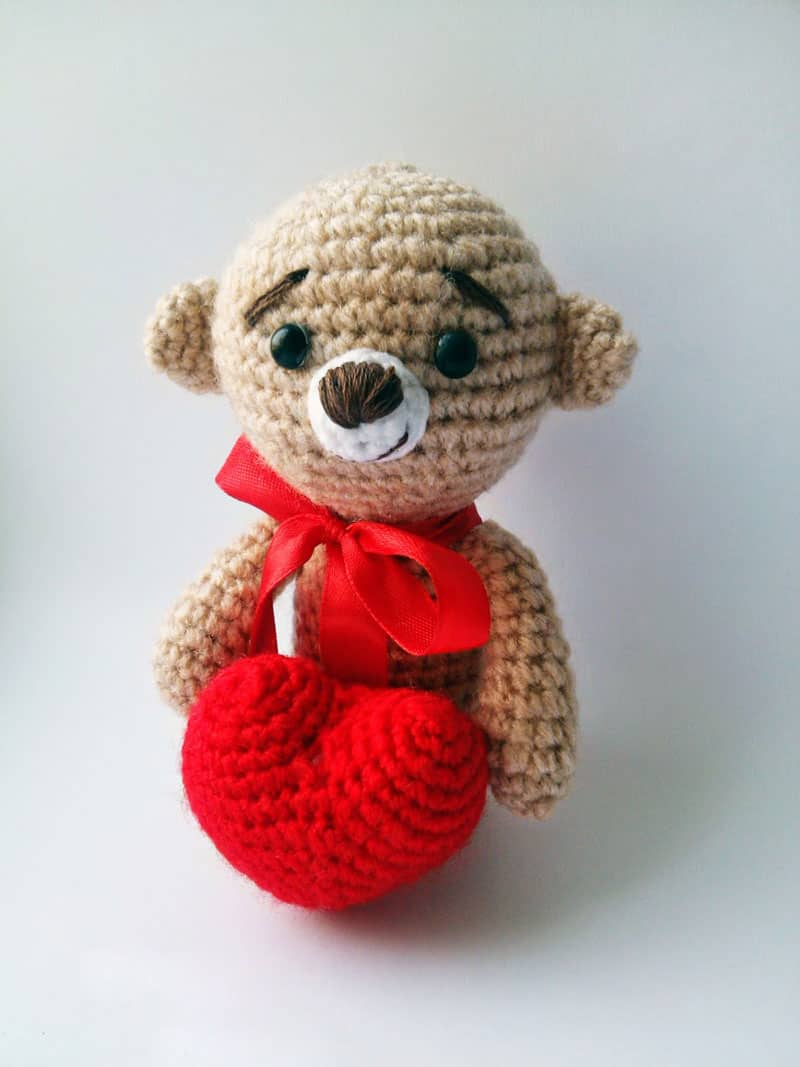Amigurumi teddy bear with heart crochet pattern free