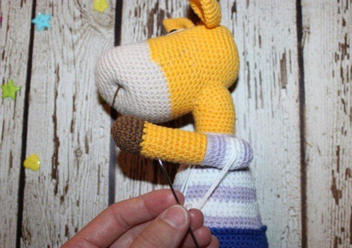 Naughty giraffe amigurumi pattern - fixing arms