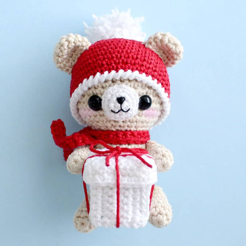 Crochet teddy bear with Christmas gift - free amigurumi pattern