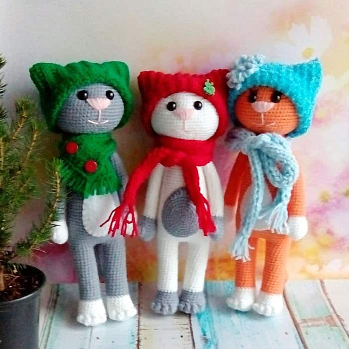Funny crochet cats in hats - free amigurumi pattern