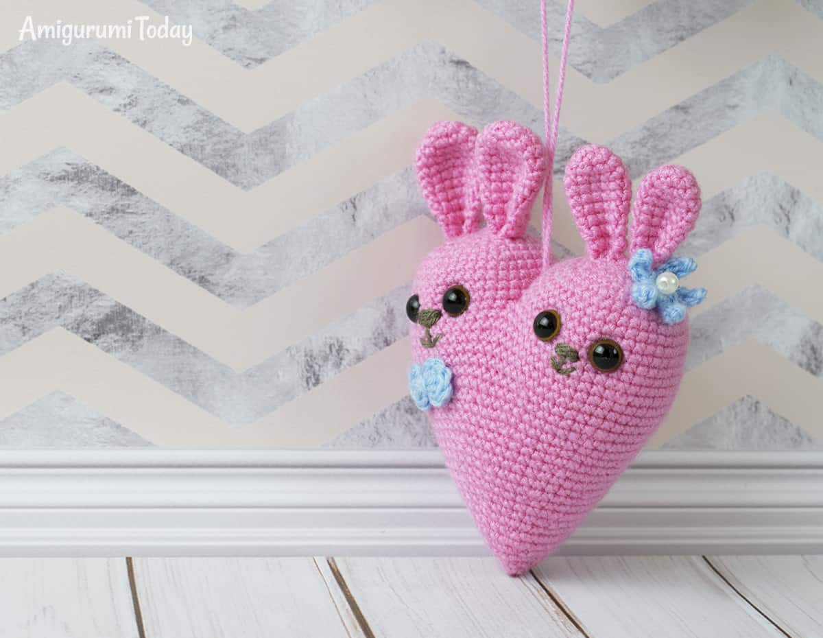 Crocheted Amigurumi-Style Hearts : 3 Steps - Instructables | 930x1200