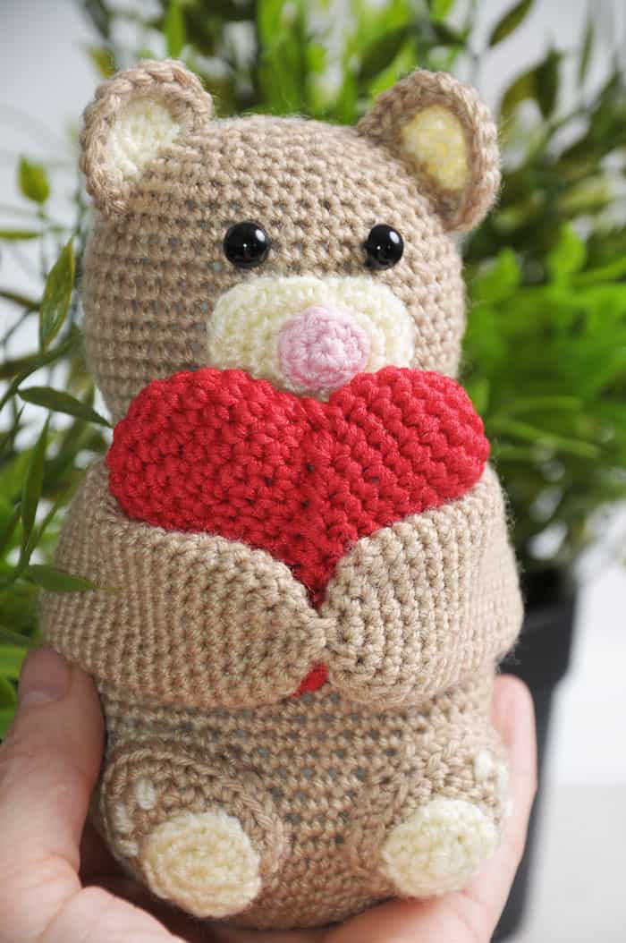 Crochet teddy bear holding a heart - free pattern