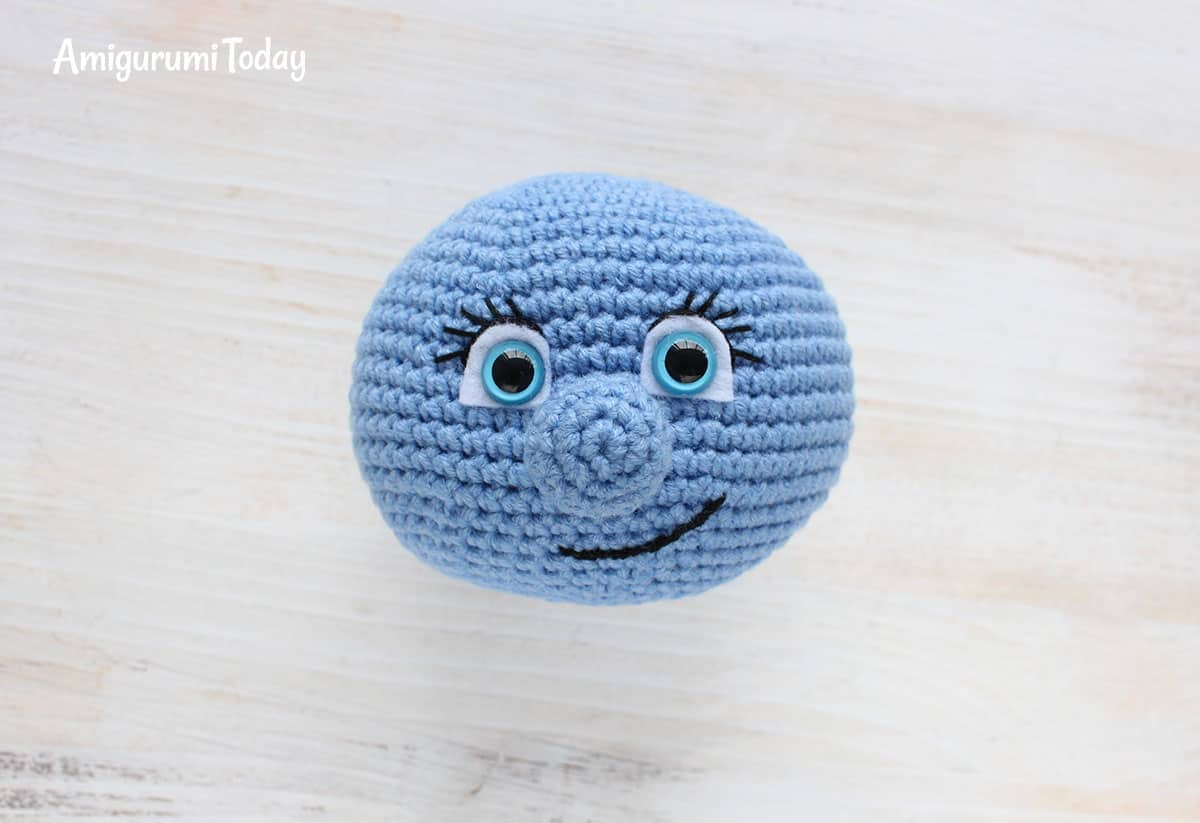 Smurfette crochet pattern - embroidering eyelashes