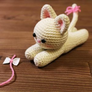 Amigurumi lying kitten - Free crochet pattern by Amigurumi Today