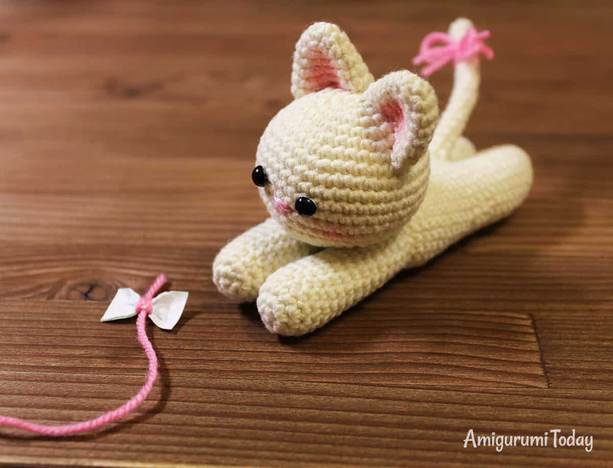 Lying kitten amigurumi pattern by Amigurumi Today