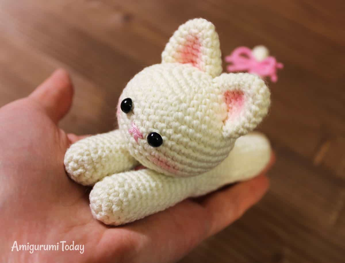 Lying kitten crochet pattern by Amigurumi Today