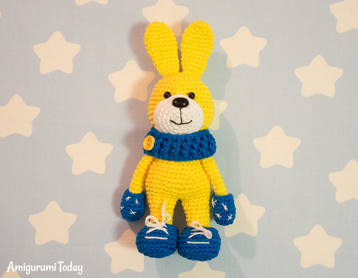 Crochet bunny with snood and mittens - Free amigurumi pattern