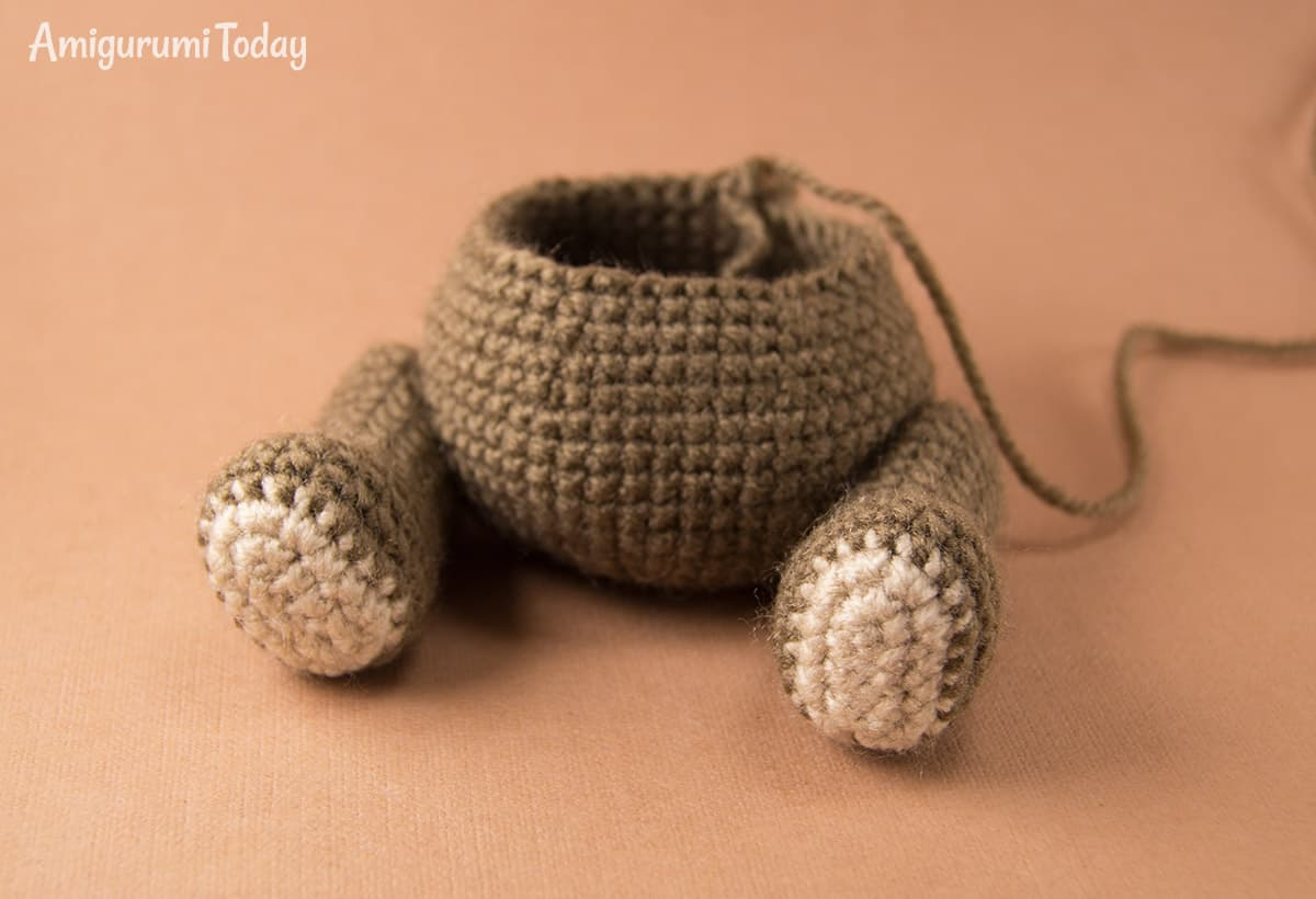 Naughty monkey crochet pattern - fastening legs