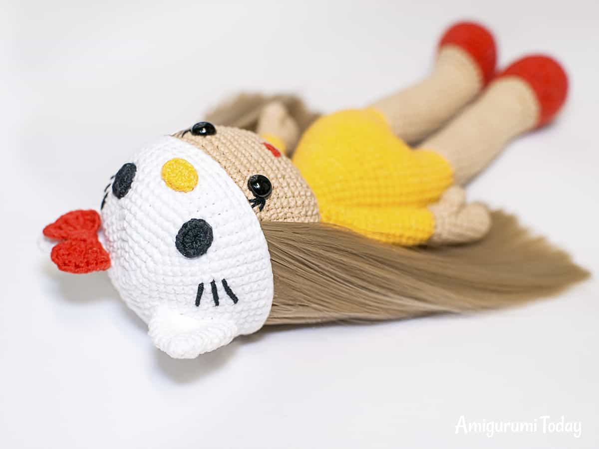 Amigurumi doll in Hello Kitty costume - Overalls (back view)