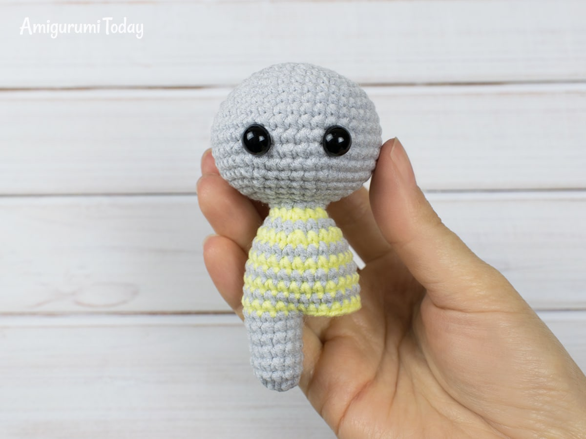 Free crochet animal patterns - Finishing first leg