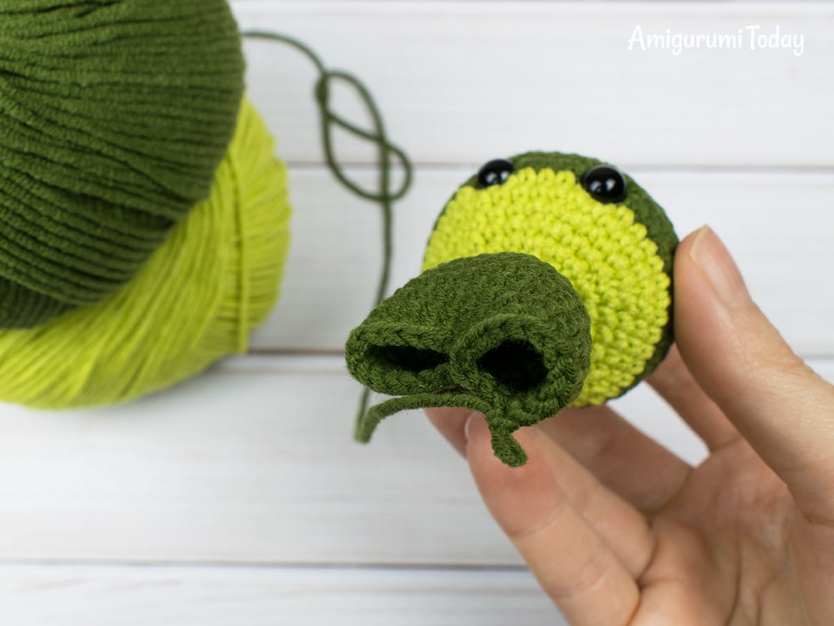 Free tiny dragon amigurumi pattern - Making legs