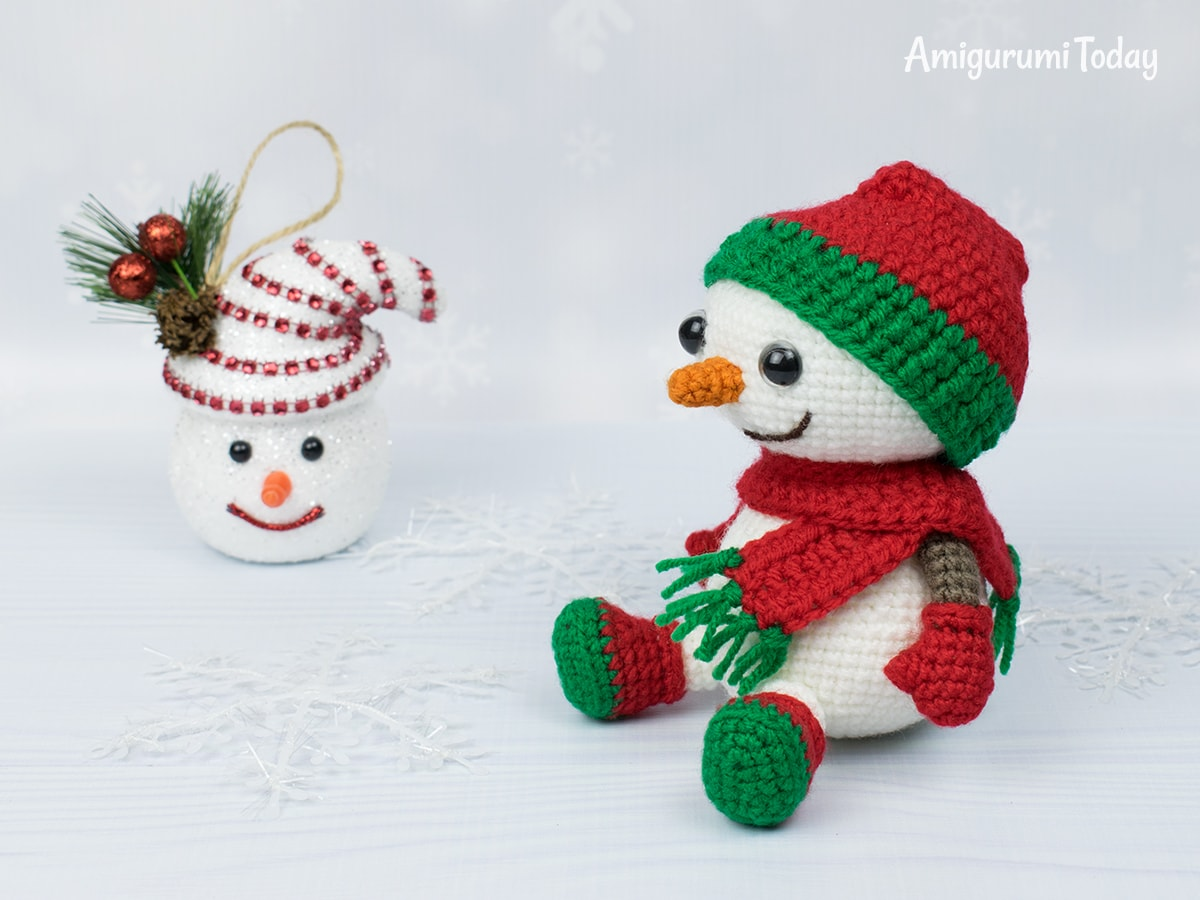 Amigurumi snowman in Christmas outfit - Free crochet pattern by Amigurumi Today
