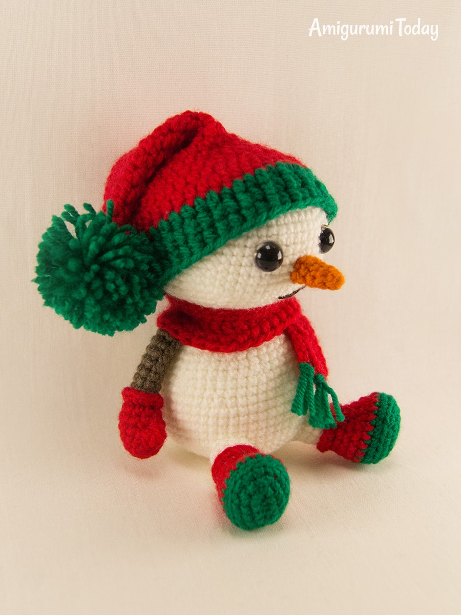 Amigurumi snowman in Christmas outfit pattern