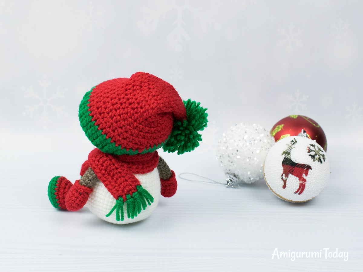 Crochet snowman in Christmas outfit - Free amigurumi pattern