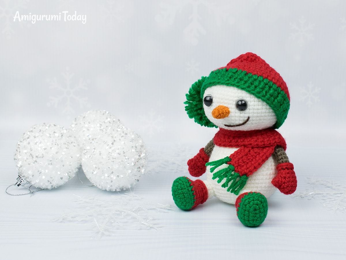 Crochet snowman in Christmas outfit - Free pattern by Amigurumi Today