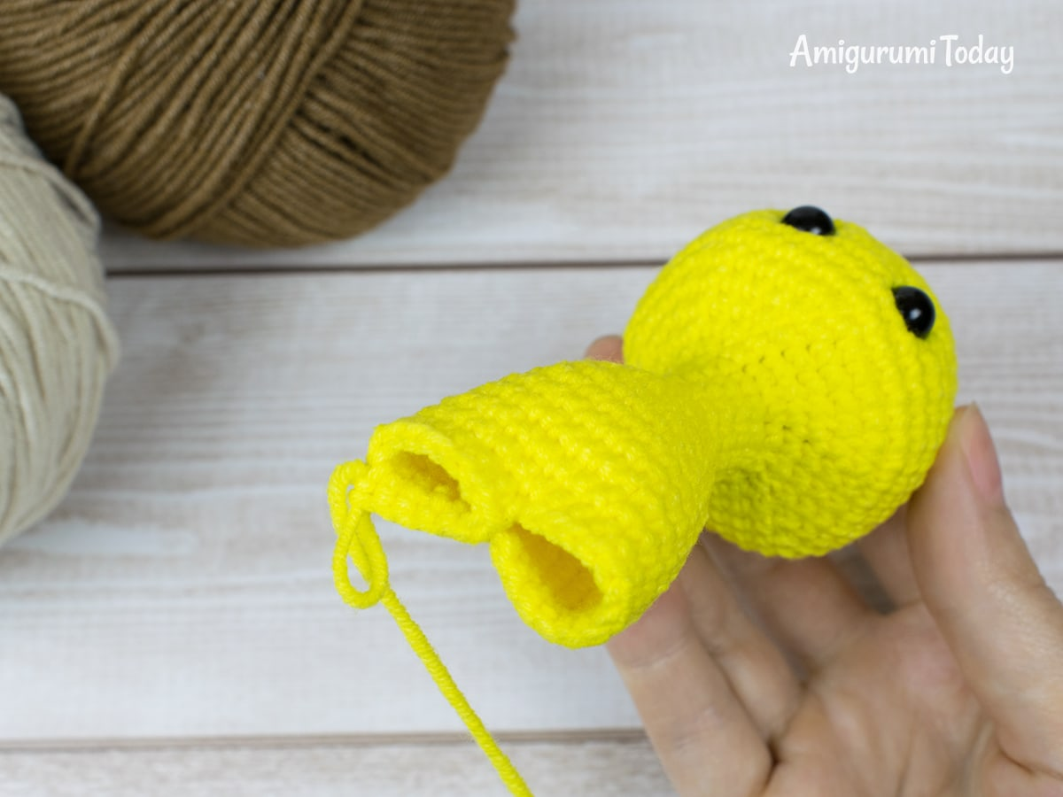 Free tiny giraffe crochet pattern - Joining legs