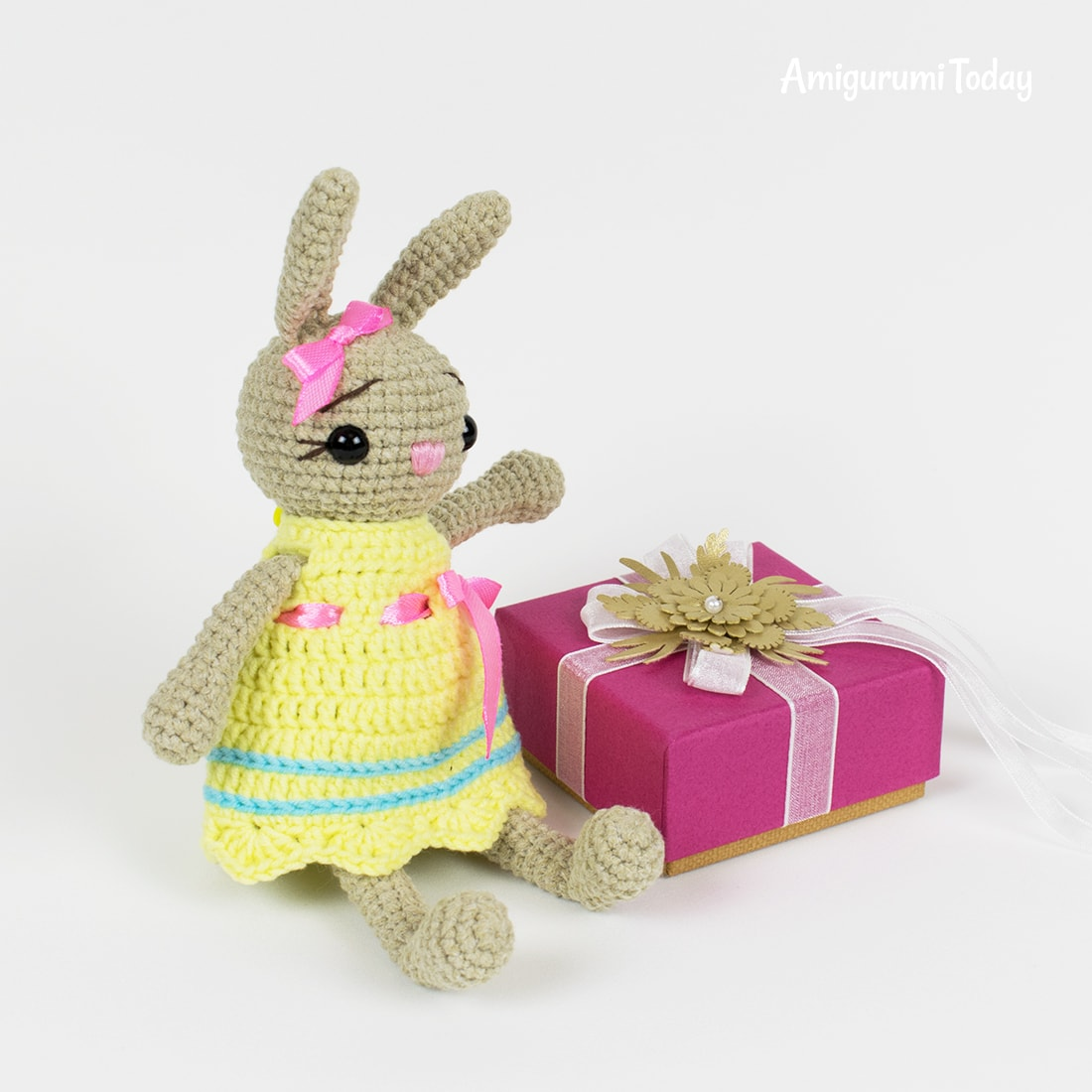 Little crochet bunny pattern by Amigurumi Today