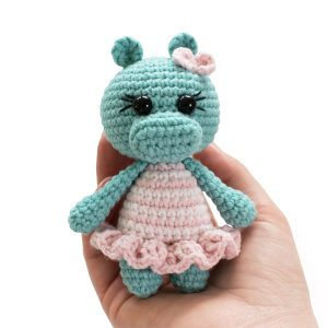 Amigurumi crochet doll pattern: Gloria with realistic bottom | 300x300