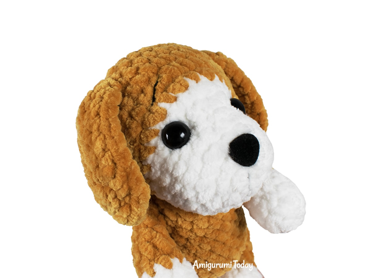 Free plush dog crochet pattern by Amigurumi Today - Head